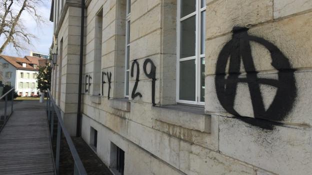 Sprayereien am Aargauer Parlamentsgebäude in Aarau.