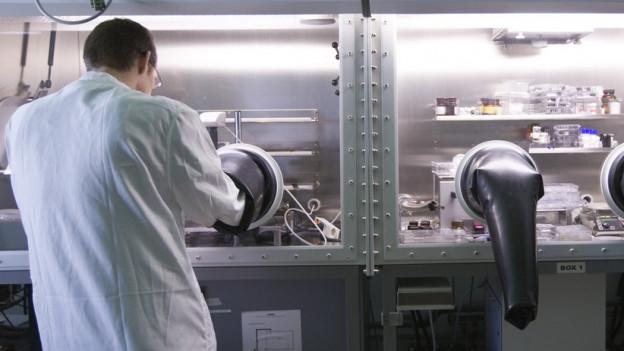 Ein Forscher in einem Labor.