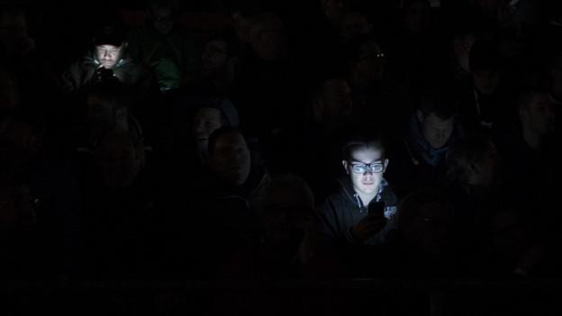 Während des Fussballspiels Aarau-Zürich im Brügglifeld sorgte ein Stromausfall für Dunkelheit. Das Spiel wurde abgesagt.