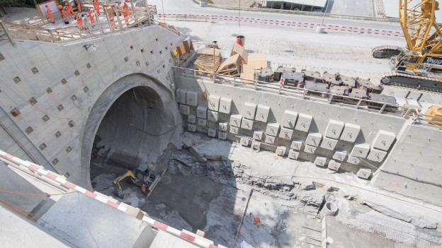 Ausbruch aus dem Eppenbergtunnel wird per Lastwagen wegtransportiert.