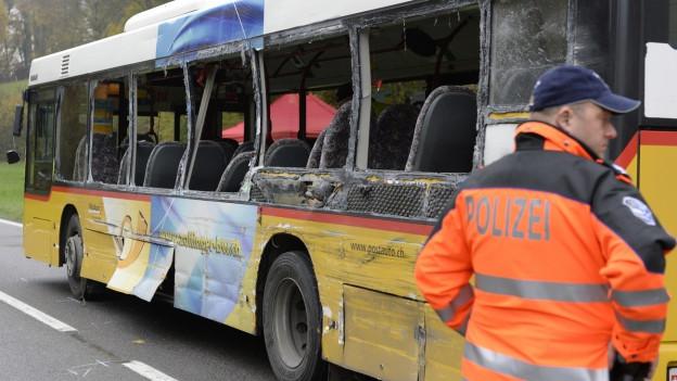 Beim Unfall im Aargauer Surbtal gab es zwei Tote. Schuld am Unfall war ein Fahrfehler des LKW-Chaufferus, das sagen ein Gutachten und das Bezirksgericht.