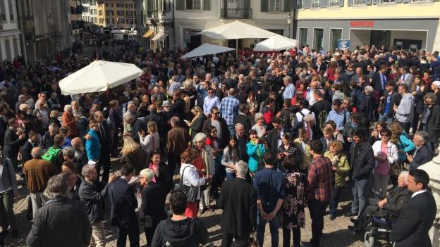Rund 300 Personen kamen zum Apéro bei der St.Ursen-Kathedrale.