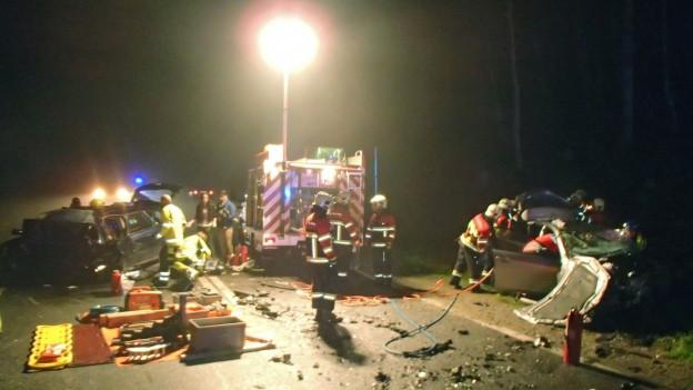 Feuerwehrautos an einer Unfallstelle.