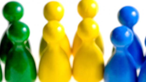 Spielfiguren symbolisieren einen Gemeinderat.