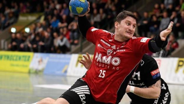 Stevan Kurbalija (HSC Suhr-Aarau) im Spiel gegen Kadetten Schaffhausen.