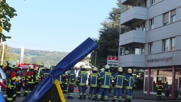 Feuerwehrleute vor dem Mehrfamilienhaus in Wildegg