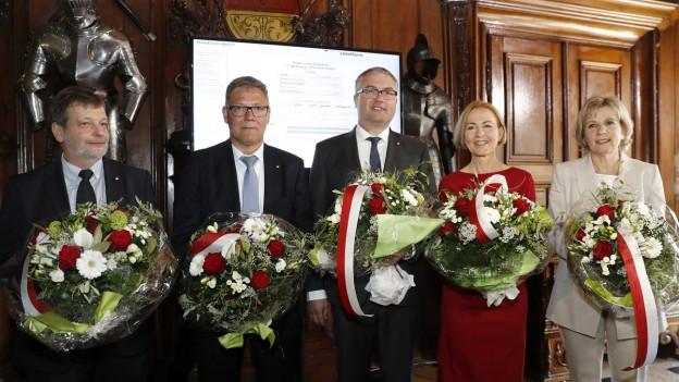 Gruppenbild mit Blumenstrauss der neuen Regierung
