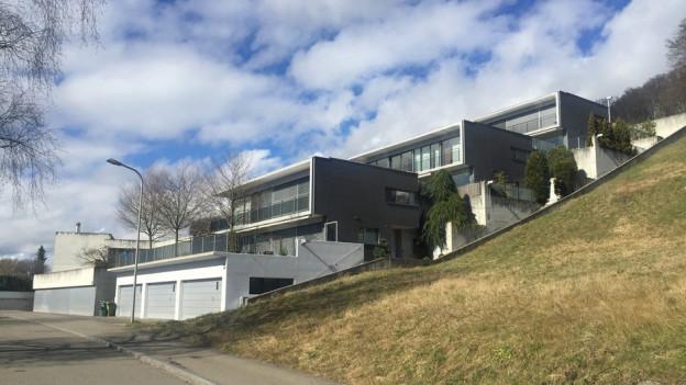 Typisches Terrassenhaus in Ennetbaden. Der Gemeinderat will umdenken. Was will die Bevölkerung?