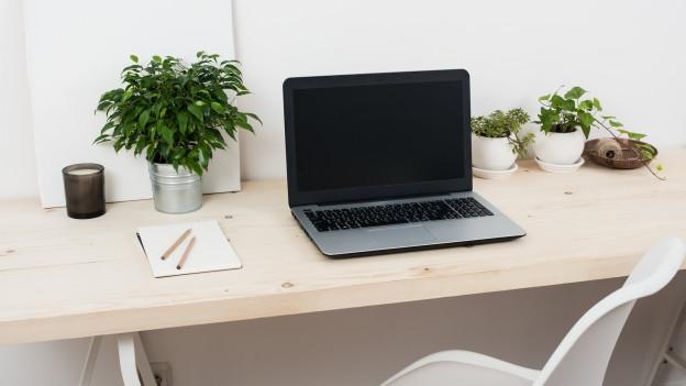 Arbeitsplatz mit Computer.