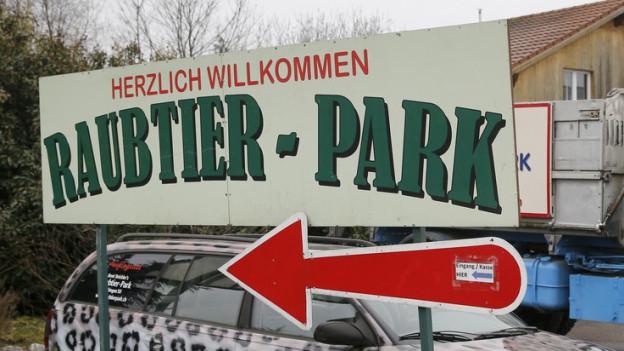 Schild mit Aufschrift herzlich Willkommen Raubtier-Park