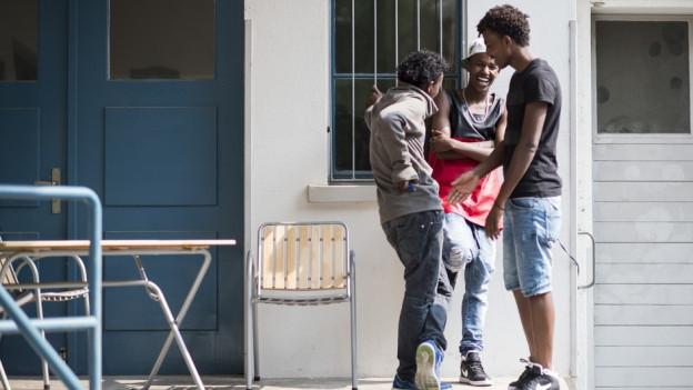 Drei Jugendliche im Gespräch.