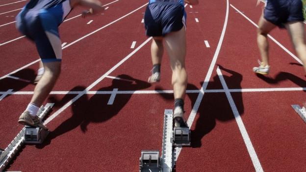 Start von Leichtathletik-Rennen von Oben fotografiert.
