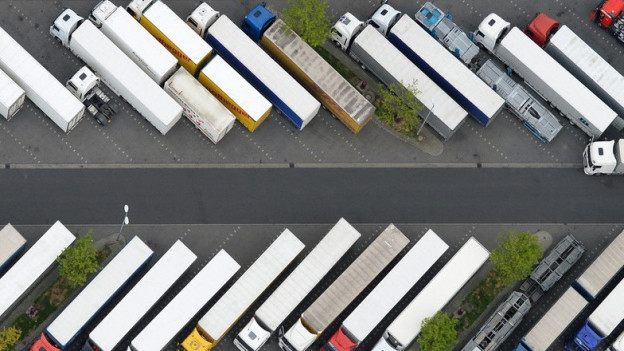 Luftansicht eines LKW-Parkplatzes