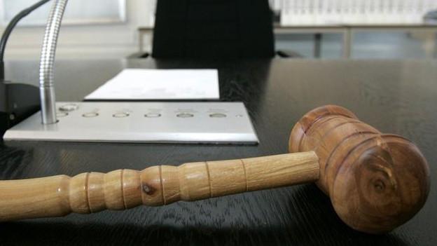 Ein Hammer auf dem Pult eines Richters
