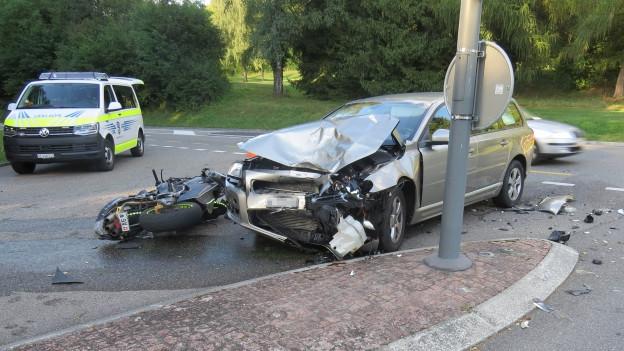 Schinznach-Bad: Motorradfahrer bei Kollision mit Auto verletzt