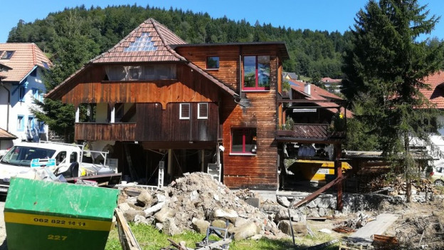 Haus mit beschädigter Fassade.