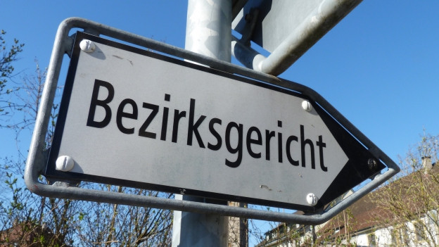 Schild mit Aufschrift Bezirksgericht.