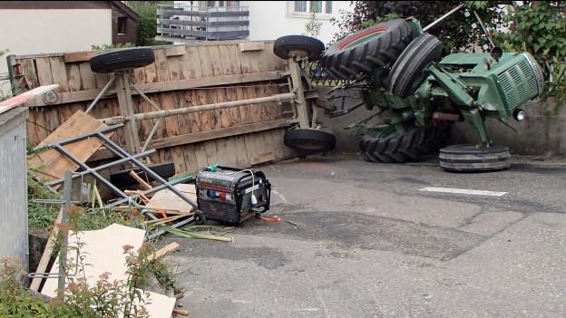 Der Traktor konnte den Anhänger nicht bremsen und kippte um.
