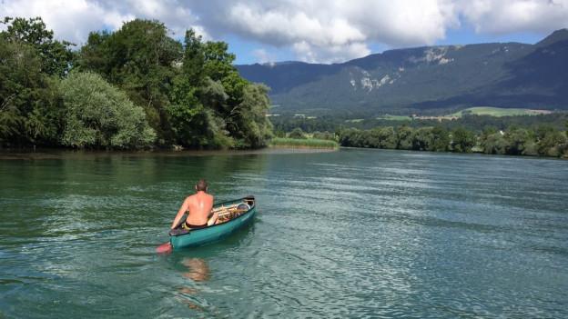 Mann auf Boot auf Fluss.