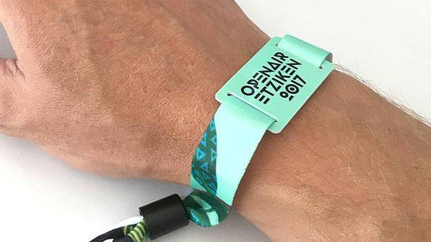 Hand mit Chip-Bändeli und Aufdruck Openair Etziken