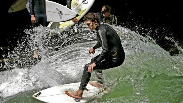Auch auf der Reuss frönen bei schönem Wetter viele Surfer ihrem Hobby (im Bild: Fluss-Surfer in München).