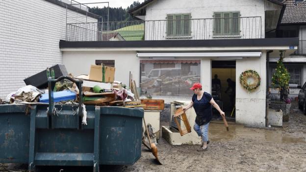 Aufräumarbeiten in Uerkheim.