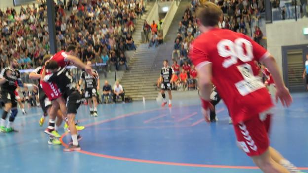 Auf Biegen und Brechen: Die Aargauer Handballkonkurrenten schenken sich im Derby nichts und gehen mit grossem Einsatz in die Zweikämpfe.
