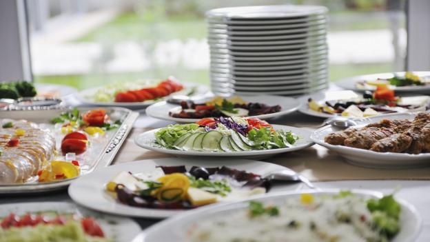 Buffet mit hübsch angerichteten Esswaren