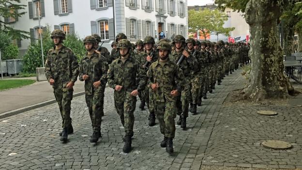 Das letzte Defilee der Infanteristen in Aarau. Nach der Verabschiedung vor dem Regierungsgebäude marschieren die Soldaten durch die Innenstadt zurück zur Kaserne.
