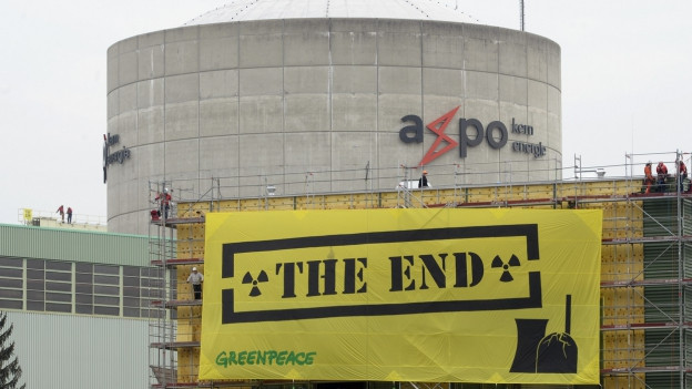 Dieses Transparent wurde am Reaktorgebäude in Beznau befestigt.