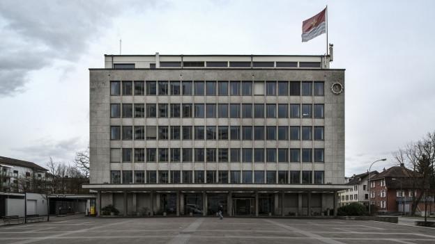 Auch das wenig schmucke Wettinger Rathaus soll unter Denkmalschutz gestellt werden, da es historisch wichtig sei.