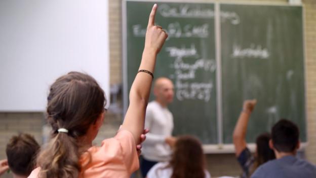 Mädchen streckt in Schule auf