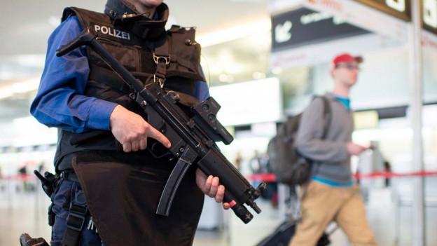 Schwer bewaffneter Polizist am Flughafen Zürich