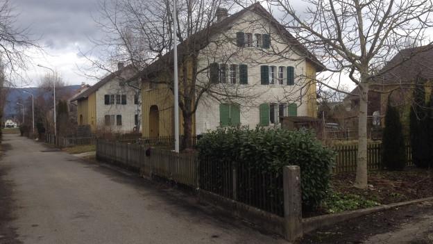 Häuser mit Gärten.