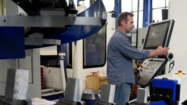 Ein Mann arbeitet an einer Maschine