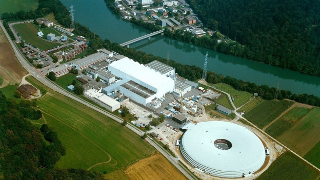 Industrieanlage an einem Fluss.