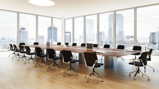 Konferenztisch mit Bürostühlen