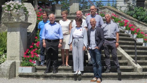 Der Gesamtbundesrat posiert beim Schloss Wildegg für die Medien.