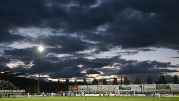 Dunkle Wolken über dem Stadion Niedermatten in Wohlen
