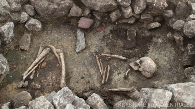 Ein Skelett wird ausgegraben.