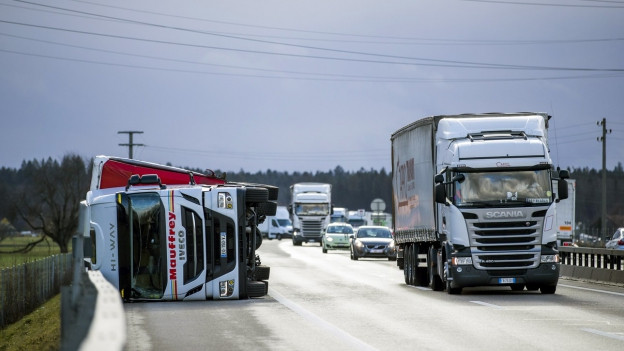Umgestürzte Lastwagen auf Autobahn