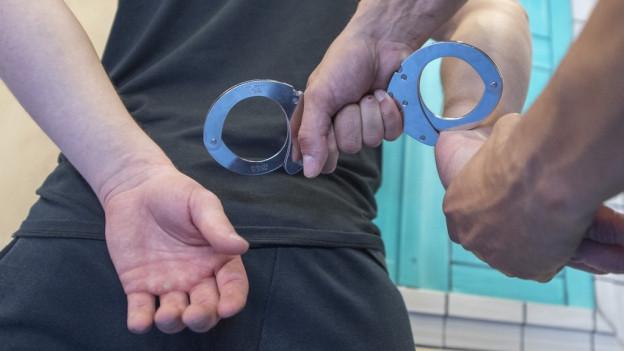 Der gesuchte Mann ist zurück in der Schweiz, er tritt seine Haftstrafe an.
