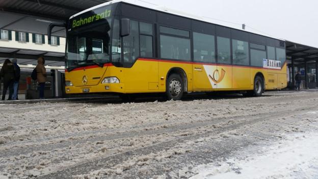 Von Olten in Richtung Stadt Solothurn mussten viele Bahnreisende auf Busse umsteigen.