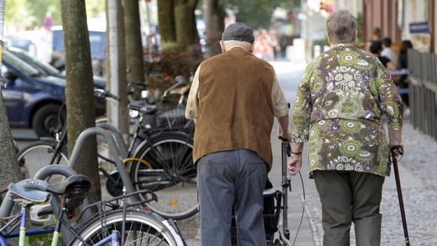 Senioren spazieren auf einer Strasse