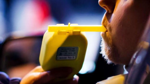 Die Polizei kann nicht nur Alkohol, sondern auch Drogenkonsum kontrollieren.