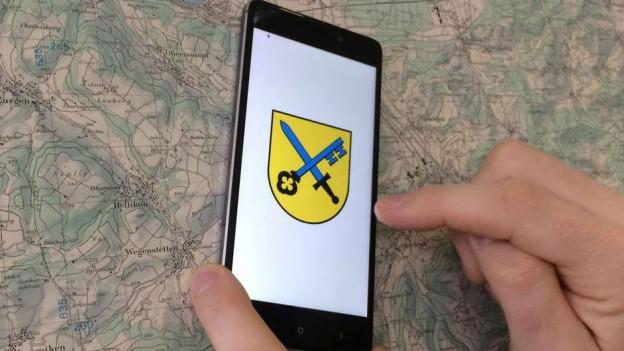 Smartphone mit Wappen von Obermumpf
