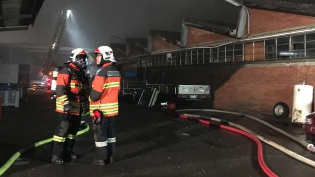 Das Feuer griff auf ein Gebäude über, das mit Reifen und Holz gefüllt war.
