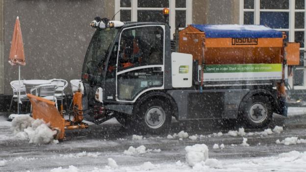 Kommunalfahzeug beim Schneeräumen.