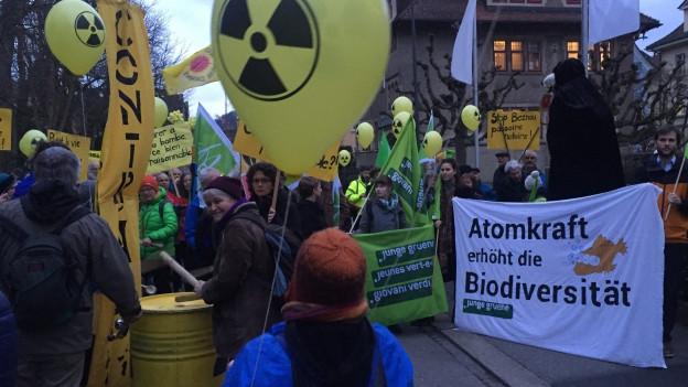 Hunderte Personen haben am Dienstagabend gegen das AKW Beznau demonstriert.