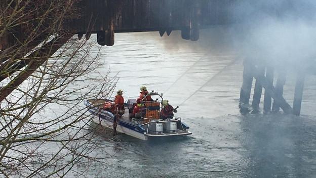 Die Feuerwehr in Olten hatte beim Löschen der alten Holzbrücke Mühe mit dem starken Wind.